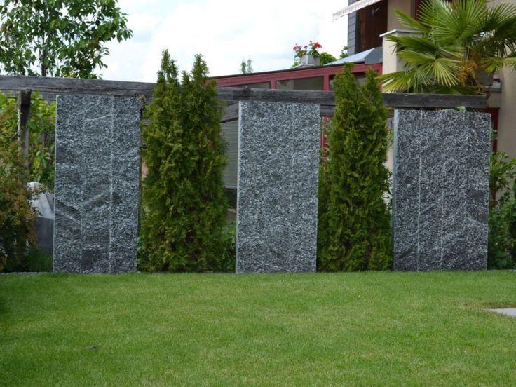 Gartenabgrenzung-mit-granitstelen-und-koniferen