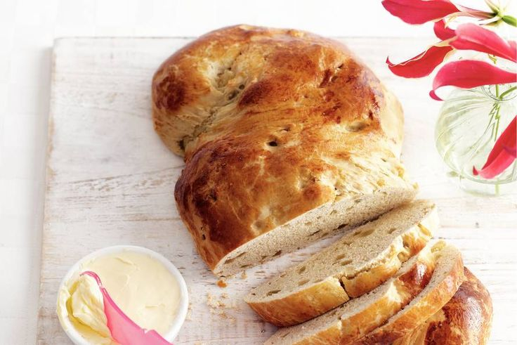 Zelfgemaakt saffraanhoningbrood mag natuurlijk niet ontbreken op de paastafel - Recept - Allerhande