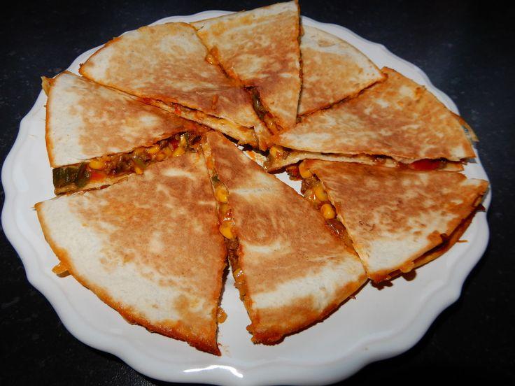 De Mexicaanse keuken is een van mijn favoriete keukens. De meeste gerechten zijn met heel veel kaas en een pittige kruidenmix. In dit artikel deel ik het recept voor een makkelijk quesadilla met gehakt, paprika, bosui en cheddarkaas.