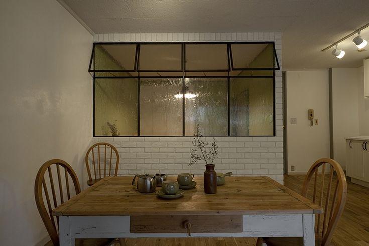 35450[1]こちらはダイニング隣の部屋が書斎なので、もっとオープンにつながっている室内窓です。 アイアン製のハンドメイドサッシとレトロ感のあるガラスが、独特な雰囲気を出しています。