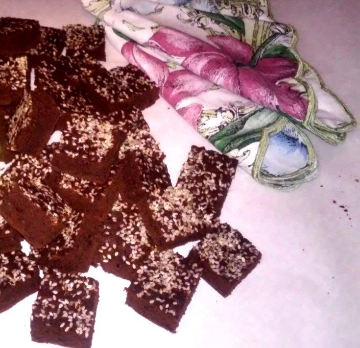 Nagyon csokoládés, nagyon kakaós, pillekönnyű, és a rápirult szezámmaggal együtt valami leírhatatlanul finom.
