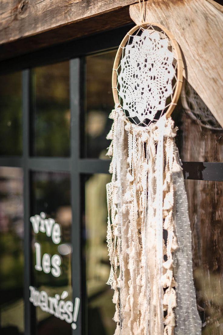 Pour une décoration boho, ce joli attrape-rêves ou dreamcatcher est composé d'un centre en napperon crocheté et de rubans de différentes matières dans les tons de crème. Très tendance, vous pouvez le suspendre à un arbre ou sur un joli mur dans votre salle. Il trouvera également sa place chez vous pour une décoration intérieure bohème.