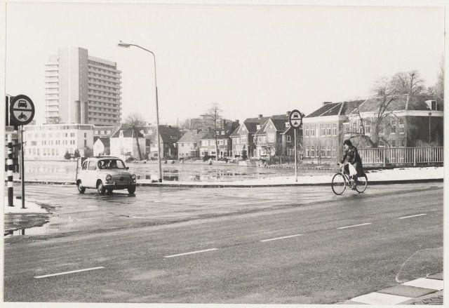 Begin van de Schipholweg bij de Buitenrustbruggen en op de achtergrond de hoogbouw van de Mariastichting. 1973
