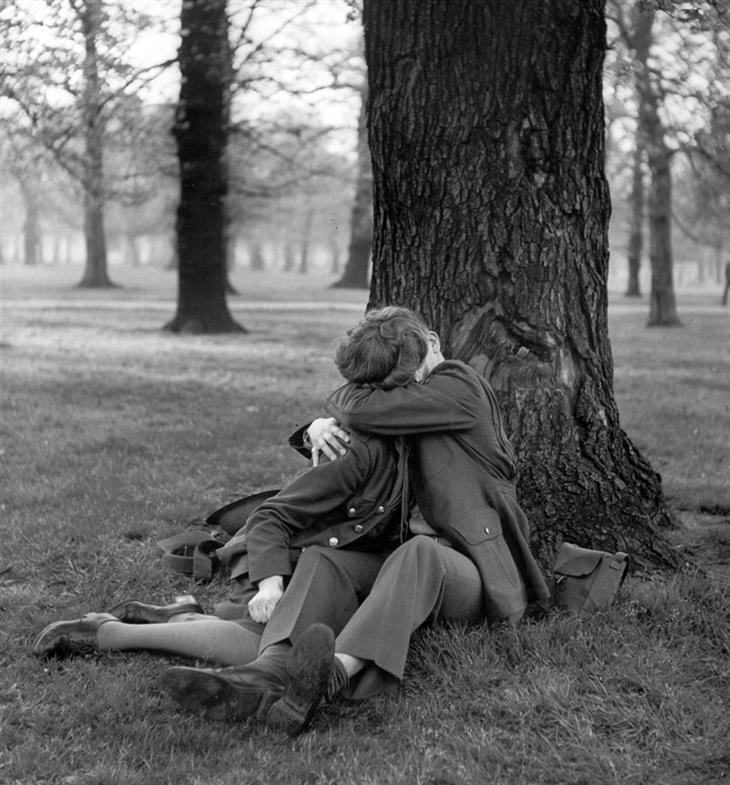 Un sargento de la Fuerza Aérea Británica, disfruta de un hermoso beso, en 1945