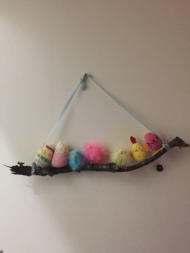 Easter dekoration/ Pääsiäiskoriste, tehty viime pääsiäisestä selvinneistä koristeista.