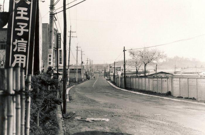 右手に工場が見える、東寺方の風景(昭和41年)、新倉勇造氏撮影