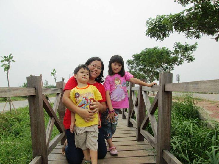 Foto kiriman Herlina Santana Jansen  Disini tempat santai dengan keluarga kecilku yg mengutamakan kebahagian, kebersamaan bersama anak-anak dengan menikmati alam bebas dengan bermain di alam bebas. Tempat ini di pinggirian kanal timur dengan taman-taman yg penuh dengan keindahan alam. #FotoKeluargaEMCO