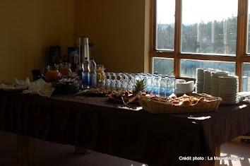 Table montée pour un petit déjeuner continental ou une pause café matinale.
