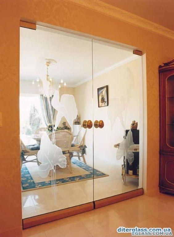 межкомнатные стеклянные двойные двери на фурнитуре dorma с покрытием под золото и рисунком