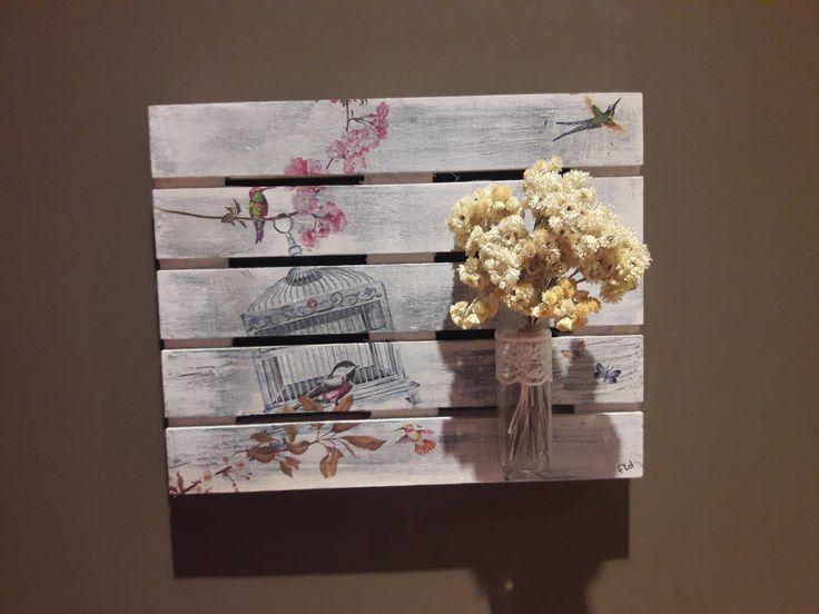 """""""MAGIC GARDEN""""  Detalle floral de pared. Se trata de un pequeño palete de madera tratado con chalk paint blanco y decapado con azul océano, sobre el que se ha aplicado mediante la técnica del decoupage unas bonitas jaulas de pájaros. El conjunto viene complementado con un bonito ramillete de manzanilla natural que a la vez de dar armonía al conjunto sirve de ambientador natural.   Medidas: 25 x 20 x 7 cm"""