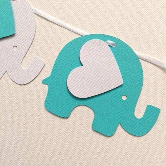 * Hecho a mano en Australia *  Elefantes blancos y azul turquesa.  Guirnalda de elefante hecho de cartulina con textura. 24 formas de elefante pequeño con orejas en forma de corazón, enroscarse en una cinta blanca.  Utilice su guirnalda con la decoración de su fiesta para baby shower y fiestas de cumpleaños. Coloque a lo largo de la parte frontal de una mesa de postres, o colgar a lo largo de la pared.  Estas formas de elefante son aprox: H: 7.5 cm, W: 9 cm (H: 3, W: 3,5) Longitud de la…