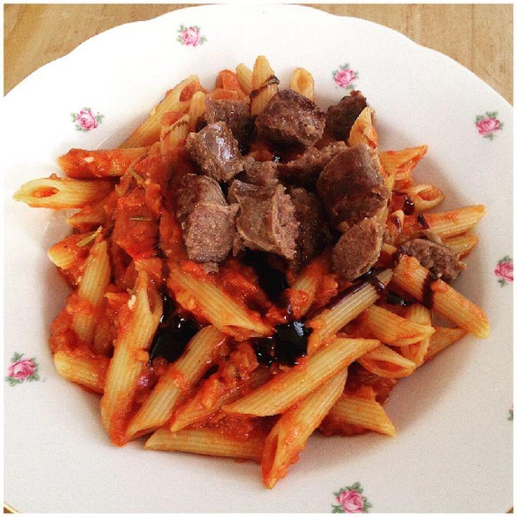 Deze pasta blijft toch favoriet! Penne met tomaat-paprikasaus, balsamicosiroop en worstjes. Recept van @jamieoliver #chicascooking