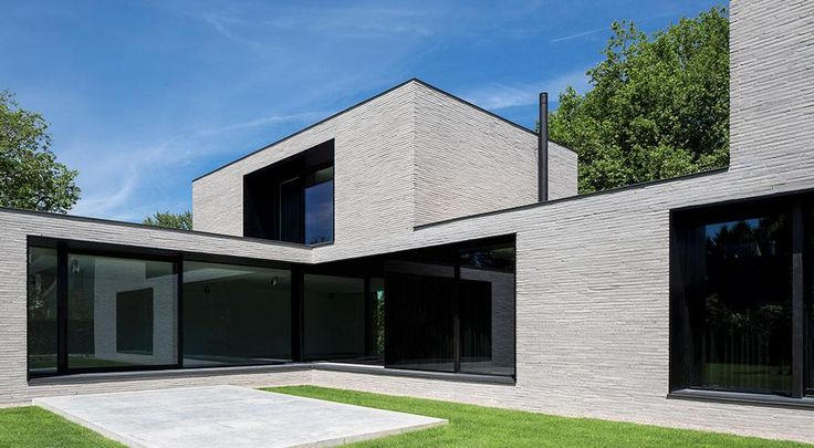 The villa's design is reflected by the choice of brick - the Wienerberger Wasserstrich Special Grijs. The format accentuates the villa's horizontal lines and the grey colour creates a contrast to the deep window openings framed by black steel.