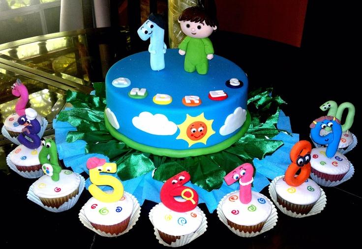 torta y cupcakes decorados con motivo de charlie y los numeros