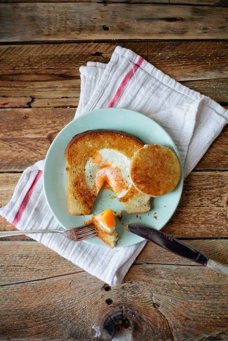 丸くトーストをくり抜いてしまい、フライパンでパンと一緒に目玉焼きも焼いてしまう! おしゃれな時短朝ごはん♪