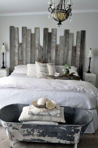 Une tête de lit fabriquée avec des planches de bois de récup aspect bois flotté c'est super dans une chambre grise et blanche. Pour le côté sympa, il est préférable de varier les longueurs de planches. Pour installer la tête de lit au mur deux solutions : Assembler les planches de bois à l'aide de tasseaux ou de scratch auto-agrippant Velcro ™. Cette dernière évite de percer le mur, ce qui est bien pratique lorsque l'on loue son appartement…