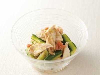 蒸し鶏とたたききゅうりの梅わさびあえ   ほぐした蒸し鶏に梅干しとわさびをあえるとメリハリのきいた一品に!きゅうりは、木べらで押すと、程よい加減につぶれます。