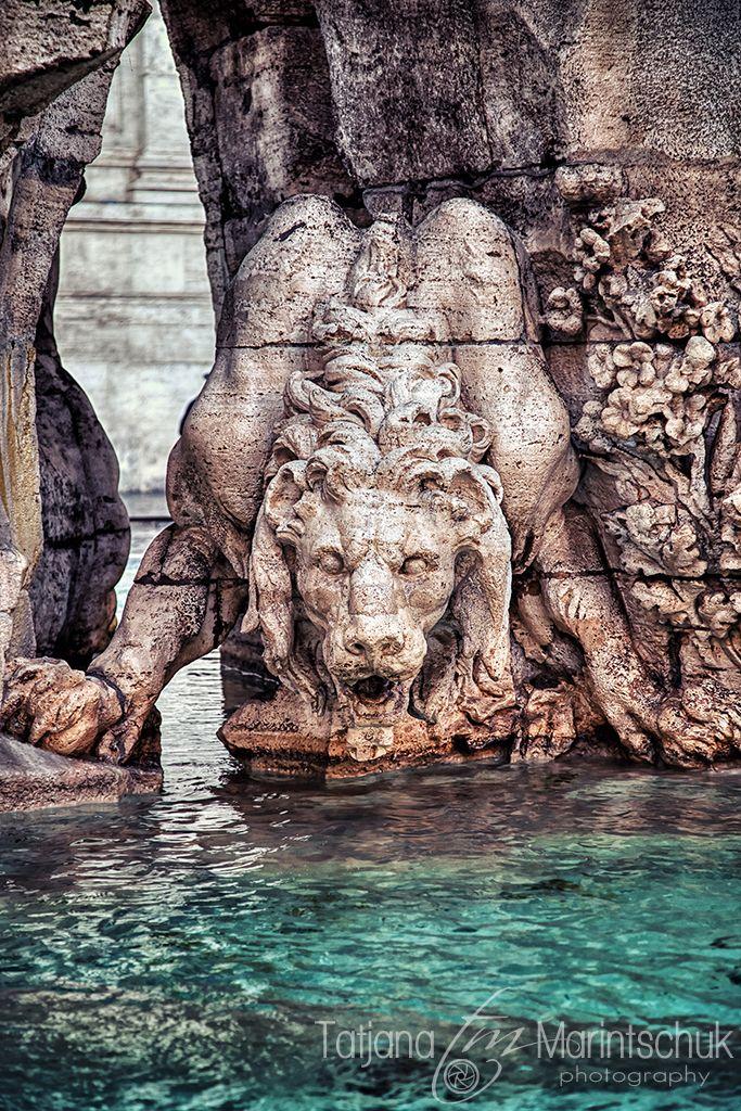 Piazza Navona. La Fontaine des Quatre Fleuves, signée Bernini. Le lion assoiffé du Nil.