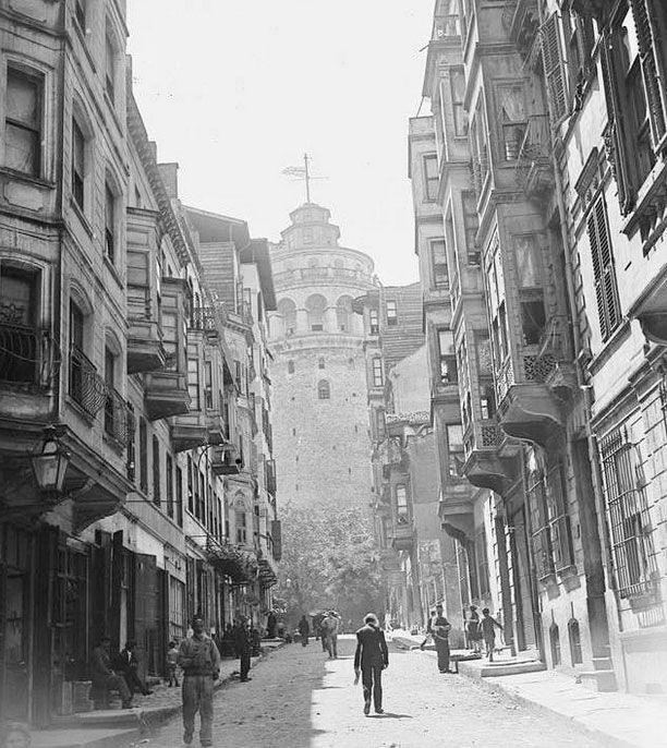 İşgal yıllarında Galata Kulesi-nin üzerinde dalgalanın İngiliz bayrağı