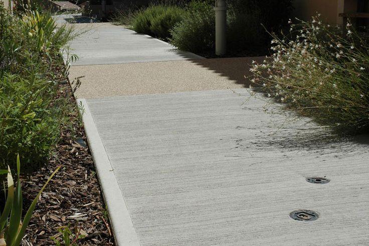 Béton balayé : béton dont la surface est animée par de fines stries régulières et parallèles, réalisées par passage sur le béton frais d'un balai spécifique