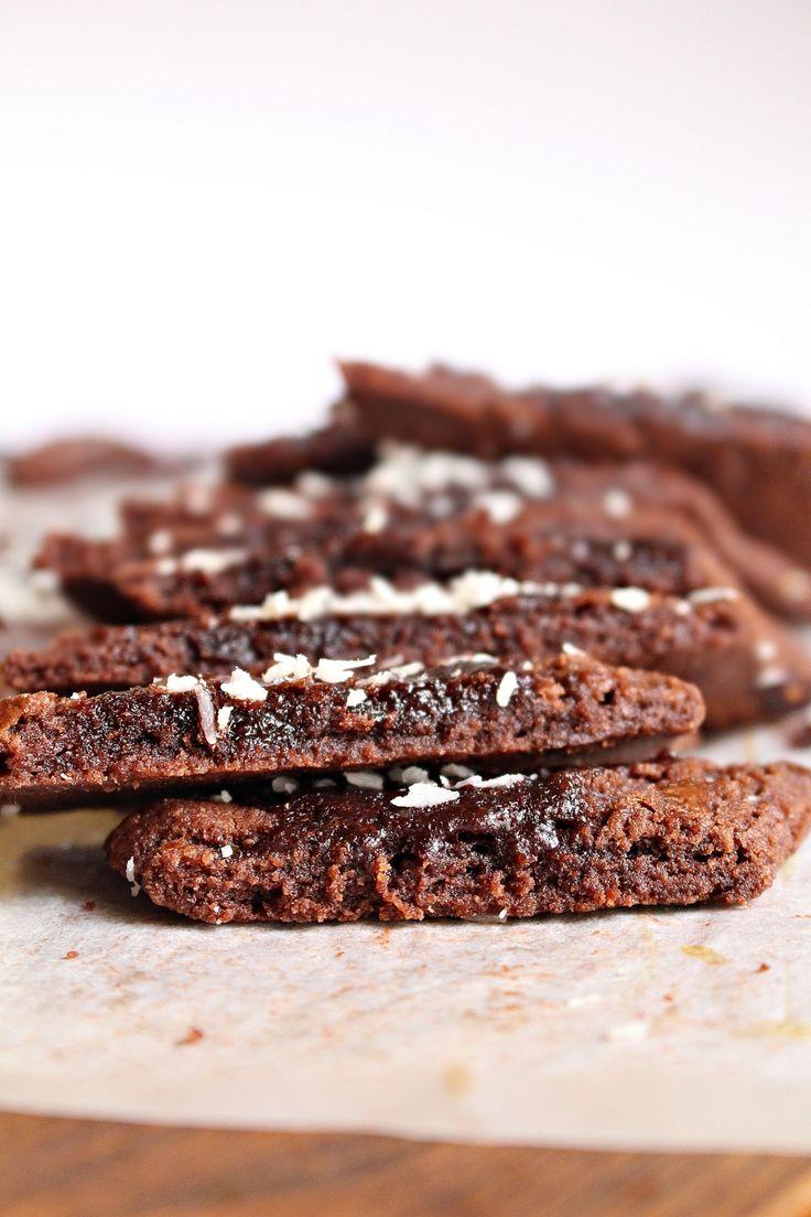En klassisk småkaka med choklad går hem hos de flesta.Lätt som en plätt att baka också. De roligaste jag vet är att baka småkakor, det går att variera med olika smaker och det går snabbt att tillaga. De här chokladsnittarna har en kärleksmums glasyr och kokos som toppas efter gräddning. Mums säger jag! KÄRLEKSMUMS SNITT [...]