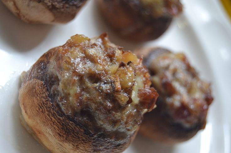 El champiñón es el hongo más conocido de su especie, se consume tanto fresco como en conserva, crudo o cocinado, formando parte de ensaladas y se sirve como guarnición en muchos platos e incluso se elaboran salsas. Los champiñones son bajos en calorías por lo que se recomiendan en dietas hipocalóricas. Además, aportan proteínas, vitaminas, …
