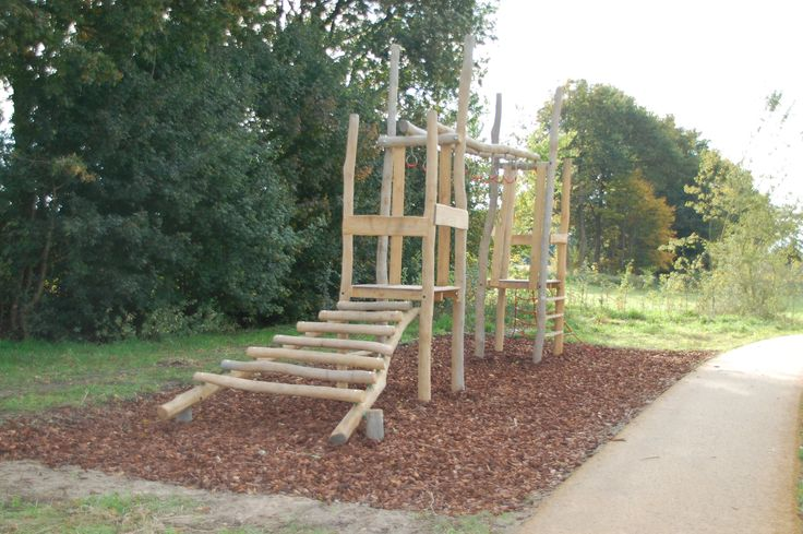 Spelen op de enterklim 1200 in Park Uden Zuid  #speeltoestel #klimtoestel #spelen #klimmen #klauteren #ringen #enterringen SICURO Modulaire Speeltoestellen