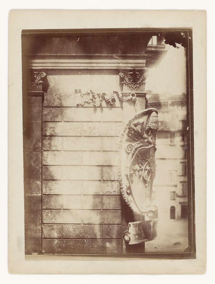anoniem | Wapen van de pausen aan de Palazzo della Cancelleria, Rome, attributed to Gustave Eugène Chauffourier, c. 1857 - c. 1875 |