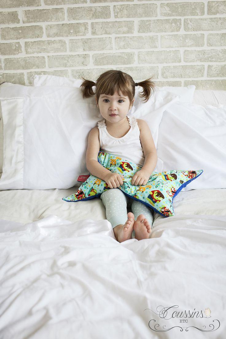 """Le """"mini"""" de coussins etc. est un petit oreiller tout doux et douillet pour nos tout-petits J  Rembourré de 50% d'écailles de sarrasin et 50% de microbilles de polystyrène, ce qui le rend plus léger et confortable.  Recouvert d'une housse d'"""