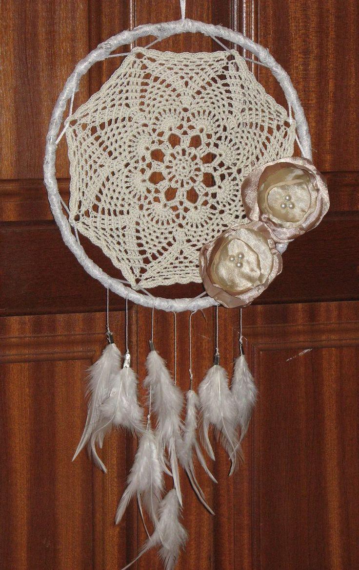 Caça sonhos em croché flores de cetim e penas #dreamcatcher #caçasonhos #atrapasuenos #croche