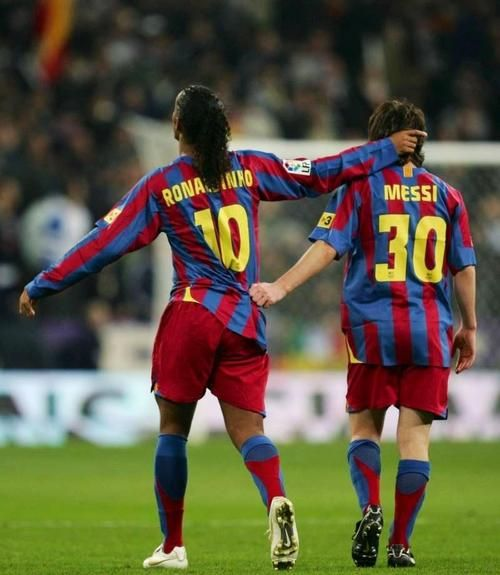 OMG... Ronaldinho and Messi... together... just amazing :') #friends #FCBarcelona