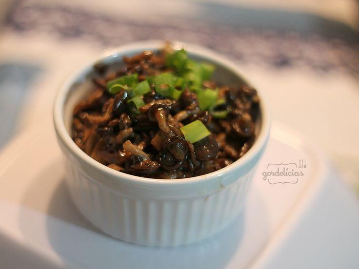 Shimeji na Manteiga | 200 g de shimeji 2 colheres de sopa de manteiga sem sal 2 colheres rasas de molho shoyu 2 colheres de sopa de molho de ostra (opcional) Cebolinha picada a gosto