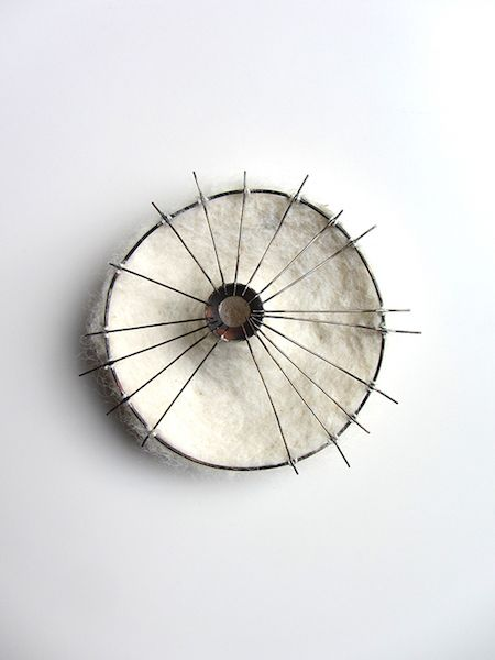 Sandra Llusa - Broche, Cadaver Exquisito IV, 2014  Coton, feutre, argent, maillechort, bronze  10 x10 x 2.5 cm