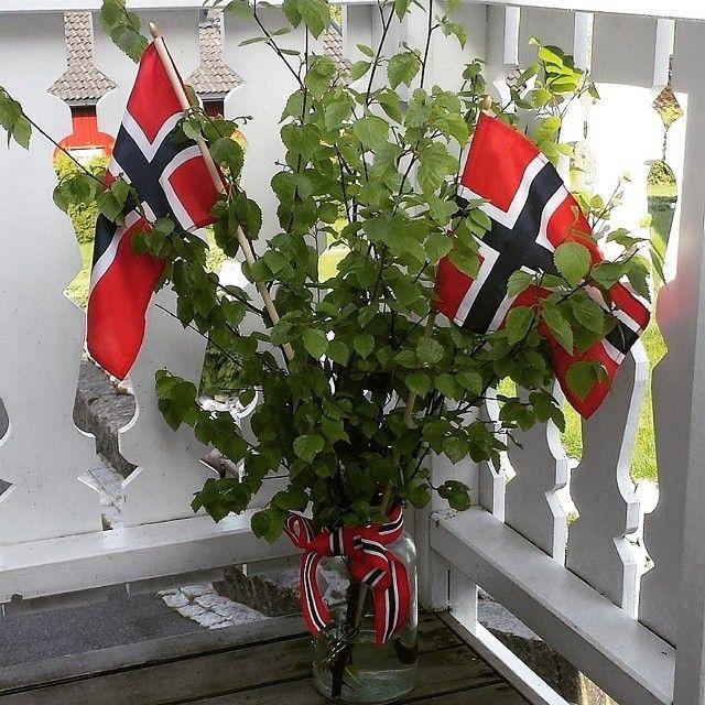 Norske flagg og bjørkeris på plattingen av @mona_therese