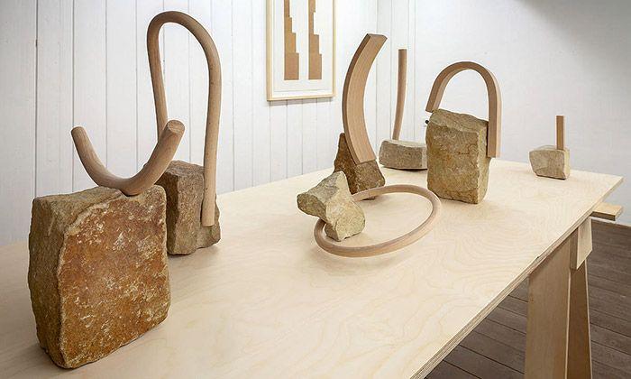 Eva Eisler vystavuje volnou tvorbu ze dřeva a kamene