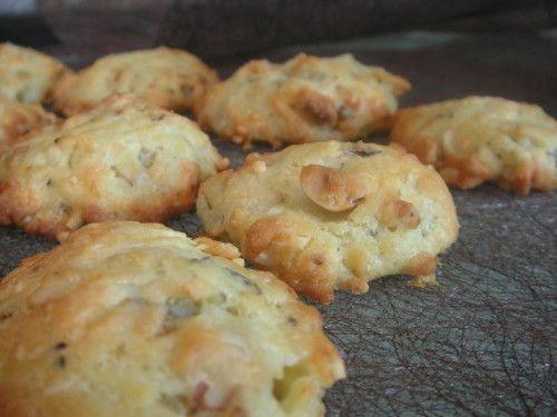 Nouvel arrivant dans la série cookies apéro... Croustillants autour, moelleux à l'intérieur, léger goût de roquefort (mais cela sent plus à la cuisson que ça n'a le goût) et croquant des noisettes... Niveau: facile Pour environ 20 cookies Ingrédients:...