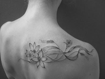 tatouage féminin motif fleur sur l'épaule