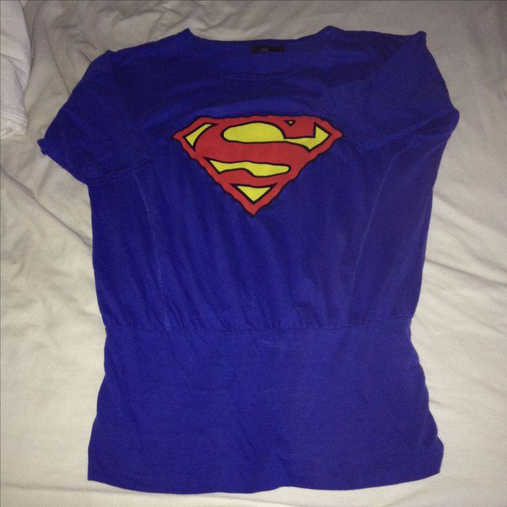 Jeg havde en Superman T-shirt der var gået i stykker og en t-shirt jeg aldrig brugte....  Det må man sige jeg har ændret på nu ;) Det er nu en af yndlingsbluserne :)