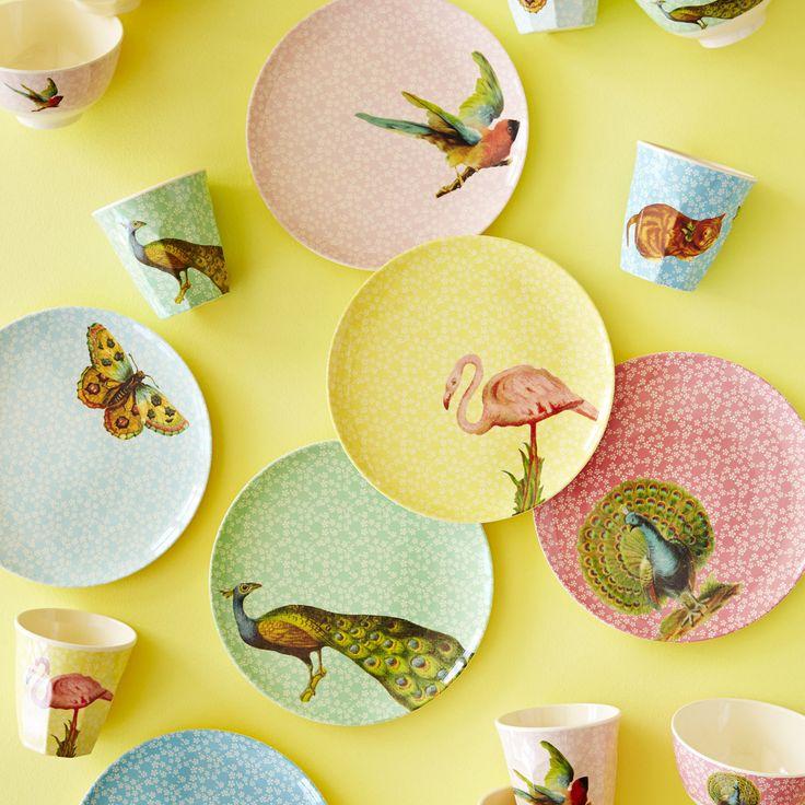 Der Melaminteller von Rice ist ein echter Paradiesvogel. Gelbe Blumen und ein entspannter Flamingo tummeln sich auf dem Teller und verbreiten stets gute Laune am Esstisch. Und weil das Melamin so schön robust und leicht ist, kommt der lustige Vogel auch gerne mal mit zum Picknicken.