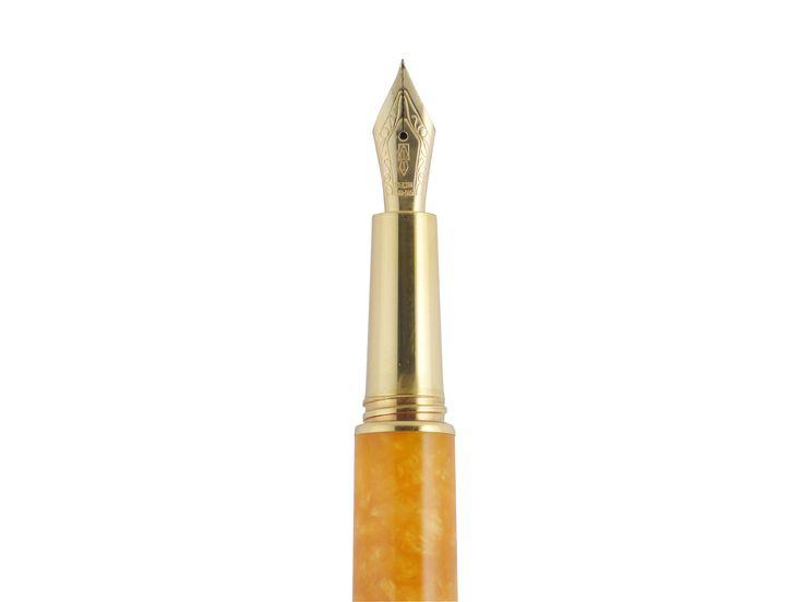 DELTA デルタ 万年筆 ドルチェビータ パピヨン バーメイル。イタリアの職人が1本1本丁寧に手作りで作り上げたペン。それまで保守的なカラーの筆記具が中心だったため、南イタリアの太陽を浴びたオレンジの様なドルチェビータの鮮やかなカラーに世界の筆記具愛好家たちは沸き上がった。ドルチェビータの鮮やかなオレンジ軸は特注レジンのブロックでツルツルの触り心地。職人が手作業で1本ずつ丁寧に削りだし磨き上げられたと思うとよりいっそう大切に使おうと思える。14金のペン先はF、M、Bがあり両用式である。 http://dstationery.com/?pid=87632579