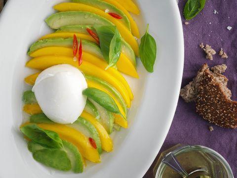 Tomate-Mozzarella ist gut, Mango Avocado Caprese ist besser! Das fruchtige Gericht wird mit pochiertem Ei zu einem idealen Diät Rezept.