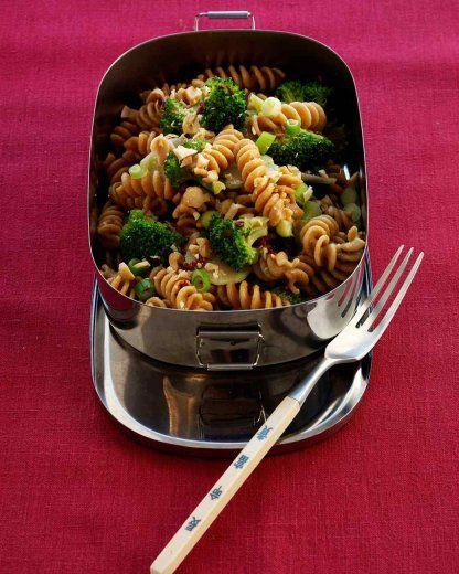 Pasta integrale fredda con broccoli e arachidi. La pasta integrale è ricca di fibre. La ricetta