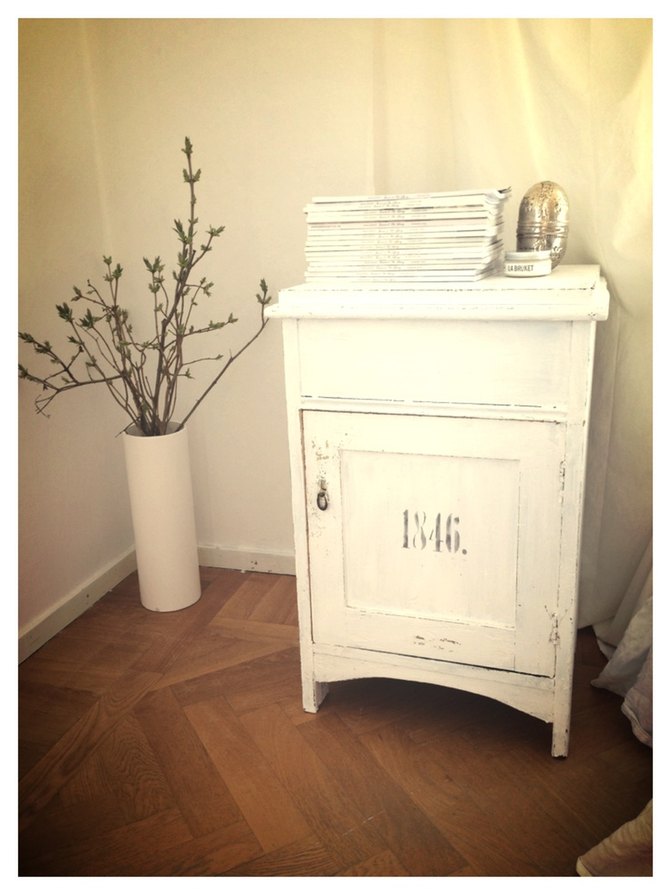 This old Nightstand I found ON MY DAD'S ATTIC!!! I love it!!! White colour and numbers made out from template!