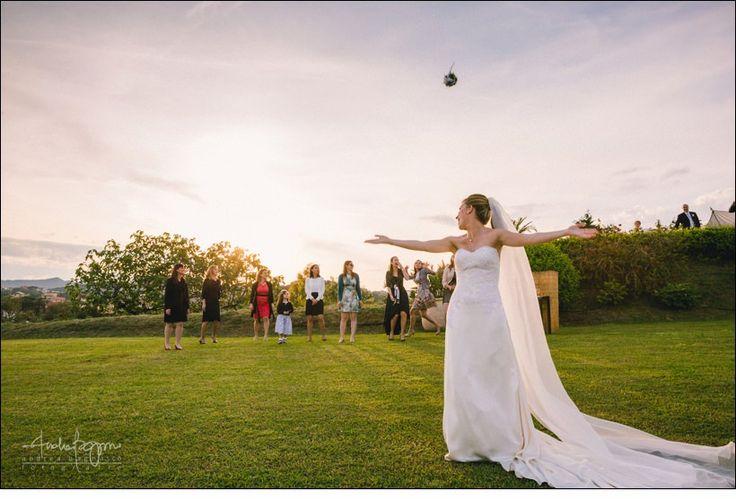 lancio bouquet matrimonio villa lagorio tramonto #matrimonio #villalagorio #fotografomatrimonio