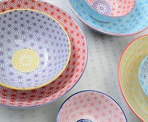 Vaisselle Tokyo Design Studio - de la vaisselle décorée de motifs traditionnels japonais remis au goût du jour grâce à des associations de couleur audacieuses et trendy.