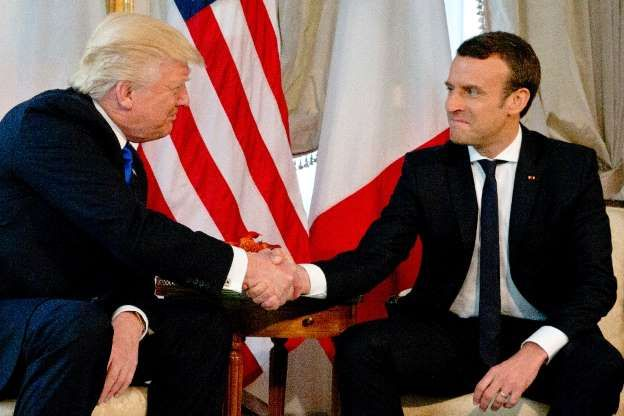 Los presidentes de EEUU, Donald Trump (i), y Francia, Emmanuel Macron, se estrechan la mano antes de un almuerzo en la residencia del embajador estadounidense en Bruselas el 25 de mayo de 2017