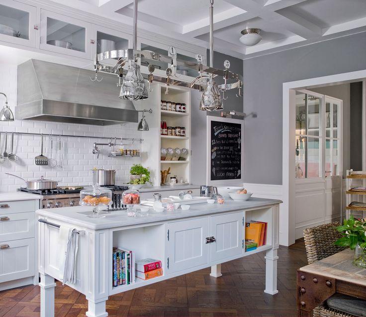 cocina con isla en blanco y gris y azulejos tipo metro
