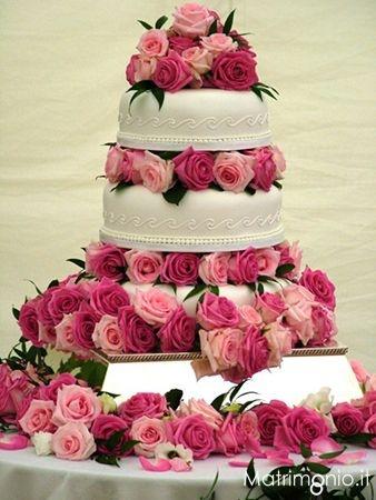 Torta nuziale a piani bianca decorata con rose rosa e fuxia di elisabetta wedding planner