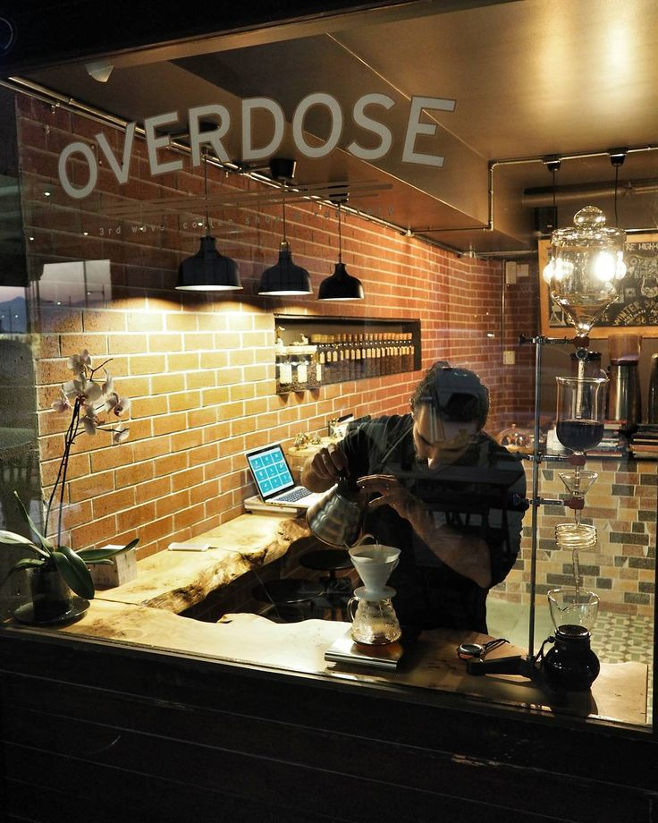 """hakanie: """"Akşam kahvesi için @overdosecoffeetrde V60 kullanılarak  demlenen  Colombia Mesa De Los Santos deniyorum ve arkasından yeni açılan Overdose ile ilgili şimdilik ilkpaylaşımım da gelsin . (Belki bilenler vardır bu kahveyi çok severim ) Overdose Coffee'nin sahibi Ersin benim gibi yazılımcılık tabanından gelen biri şu an için bir takım eksikleri olsa da geleceğe dair çok iyi şeyler yapabileceğine inanıyorum.  Ersin İstanbulda tanıştığı 3. Dalga Kahve kültüründen etkilenerek Memleketi…"""