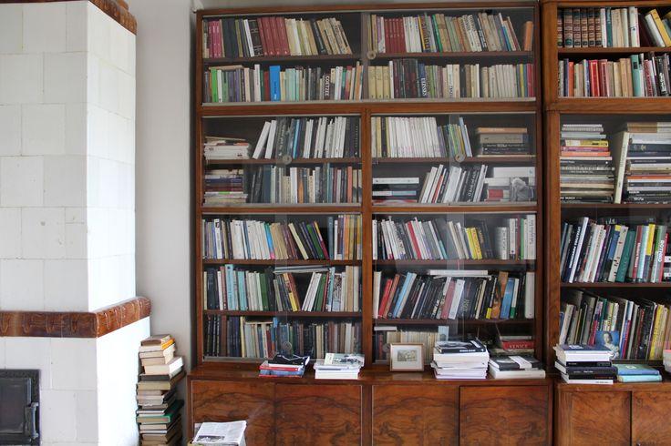 Pani Anna Zadorożna przedstawia swoją biblioteczkę.